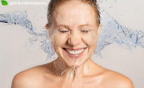 Детокс-водапомогает удалить вредные токсины из пищеварительного тракта