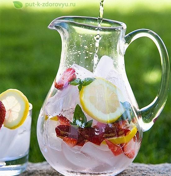 Лимонный напиток с клубникой и базиликом.