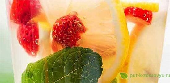 Рецепт лимонной воды с клубникойи мятой