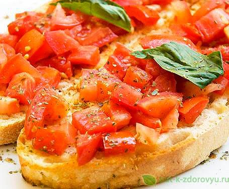 Брускетта с томатом и базиликом.