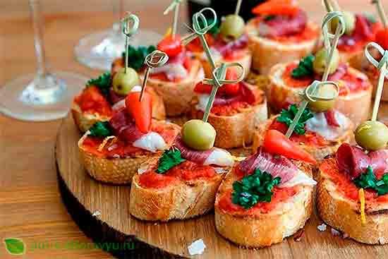 Канапе с перцем «Чили», вялеными оливками и томатным соусом.