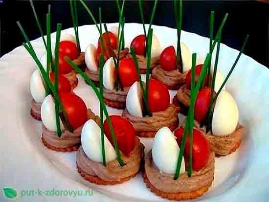 Крекеры с паштетом из перепелиных яиц и помидором.