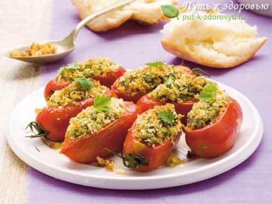 Фаршированные помидоры, запечённые с петрушкой и базиликом.