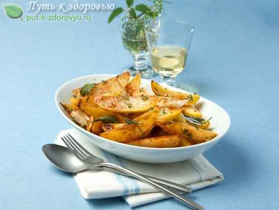 Запечённый картофель с розмарином, шалфеем и базиликом.