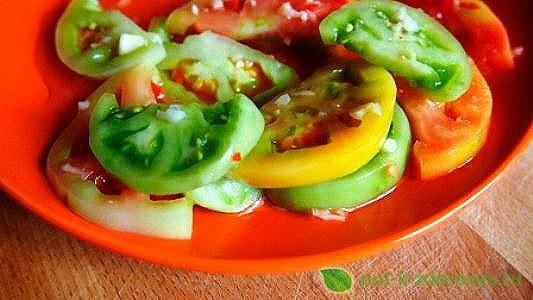 Острая закуска из помидорзеленыхс чесноком для хранения в холодильнике.