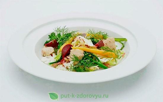 Овощной салат с печенью трески.