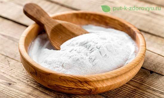 Пищевая сода, то есть бикарбонат натрия.