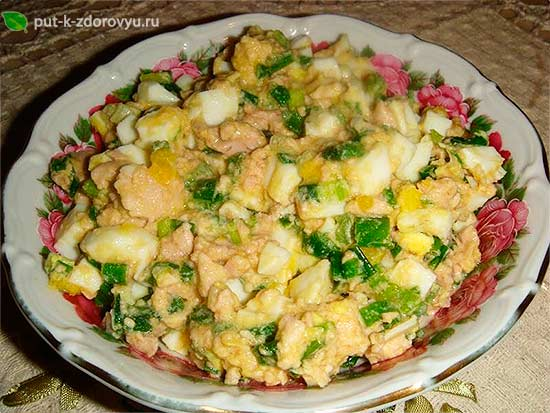 Салат из тресковой печени с луком и яйцами.