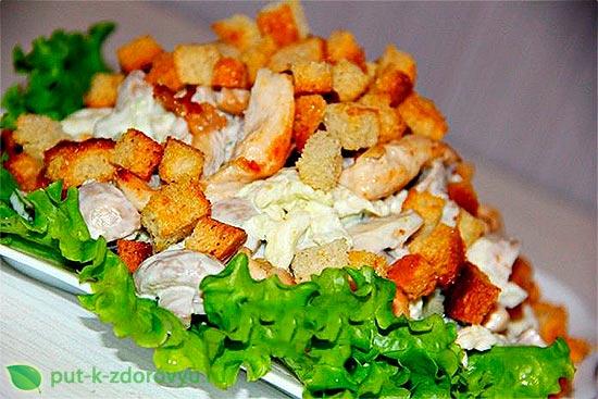 Салат с печенью трески и куриным филе.