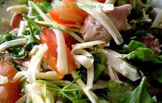 Салат с печенью трески, свежим огурцом и помидорками.