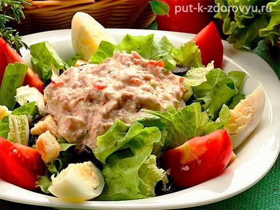 Салатик из тресковой печени с рисом и овощами.
