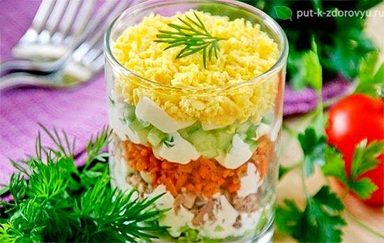 Слоёный салат из тресковой печени с овощами.