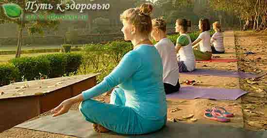 Медитация помогает снять стресс.