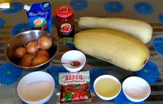 Кабачковая икра с томатной пастой и майонезом.