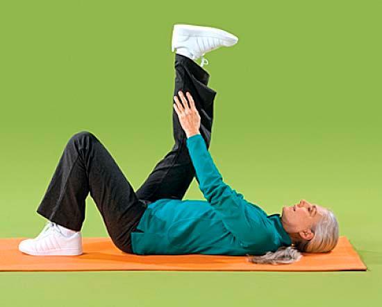 Упражнение растягивает мышцы задней части ног.