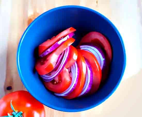 Salat_s_pomidorami_i_lukom